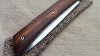 Couteau de type cran forcé. Lame RWL34 – manche Bois de Fer – ressort inox. Longueur de lame : 9,6cm. Longueur totale : 21,5cm. Disponible sur commande.