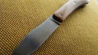 ProToKa Couteau de type liner lock. Lame Niolox – manche olivier – guillochage incas. Longueur de lame : 9,7cm. Longueur totale : 21,3cm. Disponible sur commande.