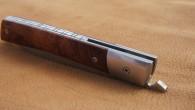 Couteau de type liner lock. Lame Niolox – mitres Niolox – manche loupe d'Amboine – guillochage. Longueur de lame : 9,5 cm. Longueur totale : 21 cm.