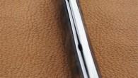 Couteau de type liner lock. Lame RWL34 – manche Noyer – guillochage. Longueur de lame : 8,3 cm. Longueur totale : 18,7 cm.