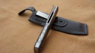Couteau de type liner lock. Lame Niolox – manche Noyer – guillochage – étuis en cuire souple avec clip ceinture et fermeture aimantée. Longueur de lame : 9,4 cm. Longueur […]