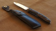 Couteau de type liner lock. Lame RWL34 – manche Noyer – guillochage. Longueur de lame : 8,5 cm. Longueur totale : 19 cm.