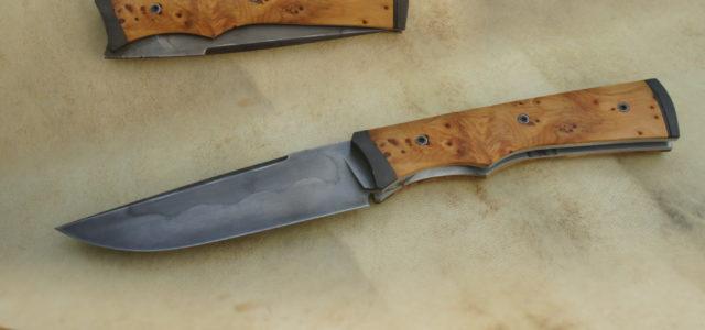 Couteau pliant de type liner-lock.Lame carbone 125SC trempe sélective – plaquettes if – mitres parkérisées – platines titane – guillochageLongueur de lame : 90 mm.Longueur totale : 195 mm. Vendu […]