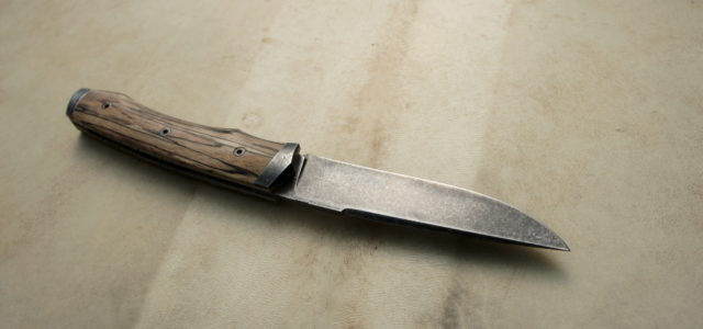 Couteau pliant de type liner lock.Lame carbone125SC stonewashed – mitres fines – plaquettes hêtre échauffé stabilisée – platines titane – guillochage Longueur de lame : 90 mm.Longueur totale : 195 […]