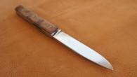 Couteau de type liner lock. Lame Niolox – manche Noyer – guillochage. Longueur de lame : 9,3 cm. Longueur totale : 20,6 cm.