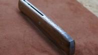 Couteau de type liner lock. Lame RWL34 – manche Bois de Fer – guillochage – étuis cuire moulé. Longueur de lame : 9 cm. Longueur totale : 21 cm.
