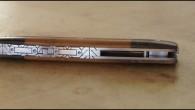 Couteau de type liner lock. Lame RWL34– plaquettes noyer stabilisé et bois de fer– platines titane – guillochage art déco. Longueur de lame : 9 cm. Longueur totale : 19,6cm.