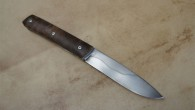 Couteau de type liner lock. Lame XC75 trempe sélective– plaquettes en loupe de noyer stabilisé– platines titane – guillochage. Longueur de lame : 8cm. Longueur totale : 17,3cm.