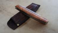 Couteau de type liner lock. Lame Niolox– plaquettes en loupe d'Amboine– platines titane – guillochage. Longueur de lame : 9,1cm. Longueur totale : 19,7cm.