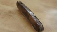 Couteau de type liner lock. Lame inoxydable RWL34– plaquettes en loupe de noyer stabilisé– platines titane – guillochage. Longueur de lame : 8,6cm. Longueur totale : 19cm.