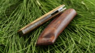 Couteau de type liner lock. Lame inoxydable RWL34– plaquettes en loupe de robinier (faux acacia)– platines titane – guillochage. Pochette en cuir moulé. Longueur de lame : 7,9cm. Longueur totale […]