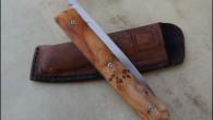 Couteau de type liner lock. Lame RWL34 – plaquettes If – platines titane – guillochage. Pochette en cuir moulé. Longueur de lame : 9,4 cm. Longueur totale : 19,8 cm.