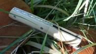 Couteau de type liner lock. Lame Niolox – plaquettes buis – platines titane – guillochage. Pochette en cuir moulé. Longueur de lame : 9,6 cm. Longueur totale : 20,9 cm.
