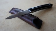 Couteau de type liner lock. Lame Niolox – plaquettes corne de Buffle – platines titane – guillochage. Pochette en cuir moulé. Longueur de lame : 6,7 cm. Longueur totale : […]