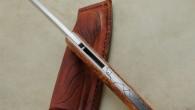 Couteau de type liner lock. Lame Rwl34 – plaquettes loupe d'amboine – platines titane – guillochage poisson. Pochette en cuir moulé. Longueur de lame : 9,1 cm. Longueur totale : […]