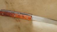 Couteau de type liner lock. Lame 14c28N – plaquettes loupe d'amboine – platines titane – guillochage Longueur de lame : 8,8 cm. Longueur totale : 17,4 cm.