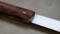 Couteau de type liner lock. Lame 114c28n – plaquettes Tuya – platines titane – guillochage Longueur de lame : 9,6 cm. Longueur totale : 20,7 cm.