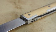 Couteau pliant de type liner lock. Lame RWL34 – 6 mitres armures – plaquettes Buis – platines titane – guillochage sur fausse pièce deux pièces Titane. Longueur de lame : […]