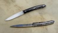 Couteau de type liner lock. Lame 14c28N – plaquettes corne de Buffle – platines titane – guillochage Longueur de lame : 8,8 cm. Longueur totale : 19,5 cm.