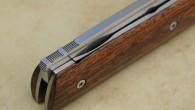 Couteau pliant de type liner lock. Lame RWL34 – plaquettes Bois de Fer – platines titane – guillochage Longueur de lame : 9,5 cm. Longueur totale : 20,8 cm. vendu […]