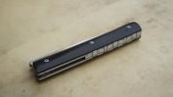 Couteau pliant de type liner lock. Lame RWL34 – plaquettes ébène – platines titane – guillochage Longueur de lame : 9,6 cm. Longueur totale : 21 cm. vendu – réalisable […]