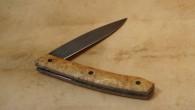 Couteau de type liner lock. Lame XC100 trempe sélective – plaquettes Robinier – vis noires – platines titane – guillochage Longueur de lame : 8,9 cm. Longueur totale : 19,4 […]