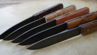 Couteau de type liner lock. Lames 90MCV8 patinées – plaquettes bouleau madré de norvège – bois de serpent – bois de rose – amourette – pistachier – platines titane – […]