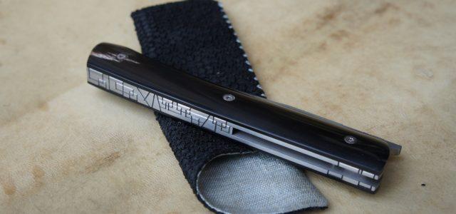 Couteau pliant de type liner lock. Lame inoxydable 14c28n – plaquettes corne de buffle – platines titane – guillochage – ouverture LIP Longueur de lame : 9,8 cm. Longueur totale […]