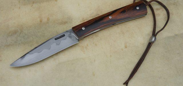 Couteau pliant de type liner lock. Lame 125Sc trempe sélective – plaquettes Bois de Fer – platines titane – guillochage – passe-lacet & stop-cable Longueur de lame : 9,5 cm. […]