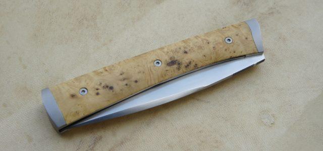 Couteau pliant de type liner lock. Lame inoxydable 14c28n – plaquettes loupe de buis – mitres fines – platines titane – guillochage Longueur de lame : 9,5 cm. Longueur totale […]