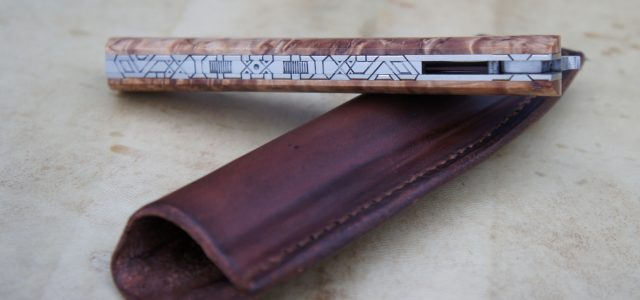 Couteau pliant de type liner lock. Lame RWL34 – plaquettes bouleau stabilisé – platines titane – guillochage – pochette cuir Longueur de lame : 11 cm. Longueur totale : 23,5 […]