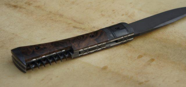 Couteau de type liner lock. Lame 90MCV8 parkérisée – plaquettes loupe de noyer stabilisées – mitres XC75 parkérisée – tire-bouchon parkérisé – platines titane – guillochage Longueur de lame : […]