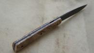 Couteau de type liner lock. Lame 90MCV8 parkérisée – plaquettes Bouleau stabilisé – platines titane – guillochage Longueur de lame : 98 mm. Longueur totale : 211 mm. vendu – […]