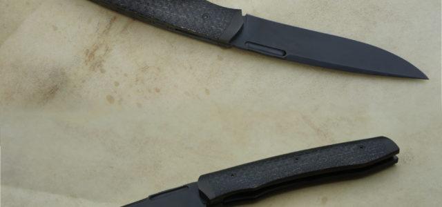 Couteau pliant de type liner lock. Lame 125Sc trempe sélective – mitres fines – plaquettes fibre de carbone lightning strike – traitement anti-rayures Bailinite Deep Black «BdB» – platines titane […]