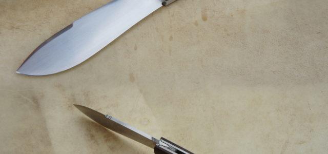 Couteau de type liner lock. Lame RWL34– manche bois de Fer – platines titane – guillochage. Longueur de lame : 9,5 cm. Longueur totale : 21,3 cm.