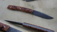 Couteau pliant de type cran forcé. Lame inoxydable 14c28n stonewashed – plaquettes loupe de bouleau stabilisée – platines titane – guillochage Longueur de lame : 90 mm. Longueur totale : […]