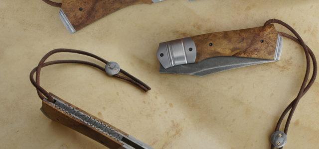 Couteau pliant liner lock. Lame carbone 115W8 – plaquettes loupe de robinier stabilisée – platines titane – mitres – guillochage – parkérisation stonewashed – stop-cable Longueur de lame : 87 […]