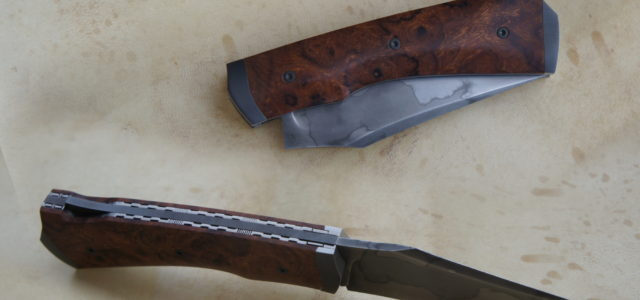 Couteau pliant pompe arrière. Lame 125SC trempe selective – plaquettes loupe de bois de fer – platines titane – mitres fines – guillochage – traitement noir anti-rayure DLC Longueur de […]
