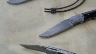 Couteau pliant liner-lock Lame suminagashi Super Gold – plaquettes corne de buffle – platines titane – mitres – guillochage Longueur de lame : 86 mm. Longueur totale : 194 mm. […]