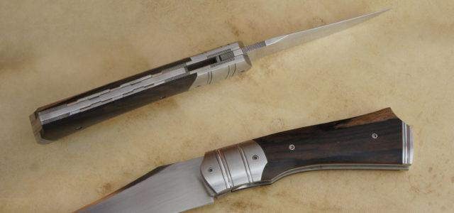 Couteau pliant liner lock. Lame inoxydable 14c28n – plaquettes ziricote – platines titane – mitres – guillochage Longueur de lame : 86 mm. Longueur totale : 193 mm.  Disponible […]