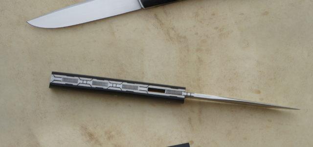 Couteau pliant de type liner lock. Lame inoxydable 14c28n – plaquettes ébène – platines titane – guillochage Longueur de lame : 98 mm. Longueur totale : 213 mm.  Vendu […]