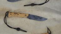 Couteau pliant de type liner-lock. Lame carbone 125SC trempe sélective – plaquettes loupe de buis – mitres noir parkérisées – platines titane – guillochage – passe lacet et stop-cable parkérisé […]