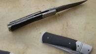 Couteau pliant de type liner lock. Lame carbone 115W8 stonewashed – plaquettes ébène – platines titane – guillochage -mitres Longueur de lame : 94 mm. Longueur totale : 202 mm. […]