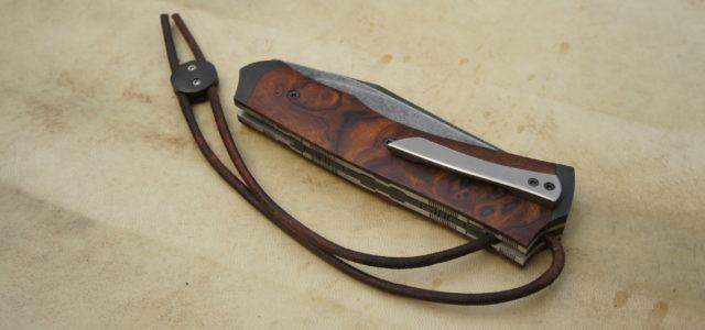Couteau pliant liner lock. Lame carbone 115W8 – plaquettes loupe de bois de fer d'arizona – platines titane – mitres fines – guillochage – parkérisation – stonewashed – stop-cable – […]