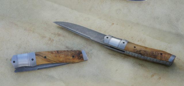 Couteau pliant de type liner lock. Lame inoxydable 14c28n stonewashed – mitres – plaquettes loupe de buis stabilisée – platines titane – guillochage Longueur de lame : 90 mm. Longueur […]