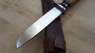 Couteau droit – Lame N690 – garde XC75 – corne de Buffle Noir – bagues inox et laiton – manche noyer Etui en cuir – fermeture aimantée Longueur de lame […]