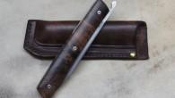 Couteau de type liner lock. Lame Niolox – manche Noyer – guillochage – pochette cuire moulé. Longueur de lame : 9,3 cm. Longueur totale : 20,6 cm.