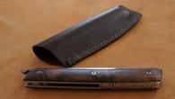 Couteau de type liner lock. Lame Niolox – manche Noyer – pochette en cuir – guillochage. Longueur de lame : 9,6 cm. Longueur totale : 20,9 cm.