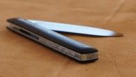 Couteau de type liner lock. Lame RWL34 – manche Ebène – étuis ceinture à passant – guillochage. Longueur de lame : 9,5 cm. Longueur totale : 20,9 cm.