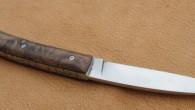 Couteau à cran forcé. Lame RWL34 – manche Noyer – guillochage. Longueur de lame : 8 cm. Longueur totale : 18,5 cm.